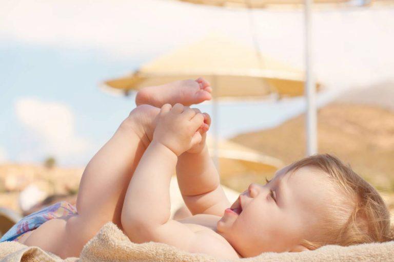 neonato che gioca al mare