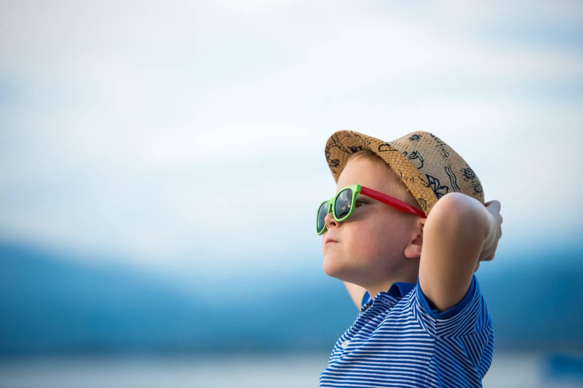 bambino si gode l'estate con i suoi occhiali da sole