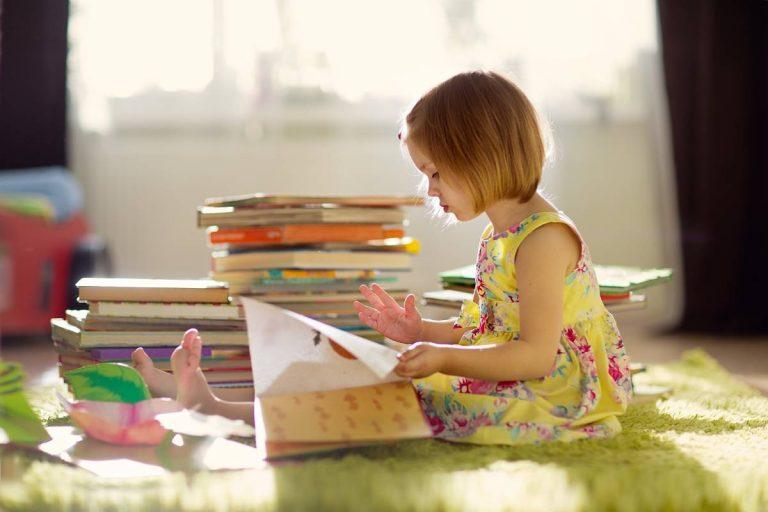 bambina impara a leggere con giochi e libri